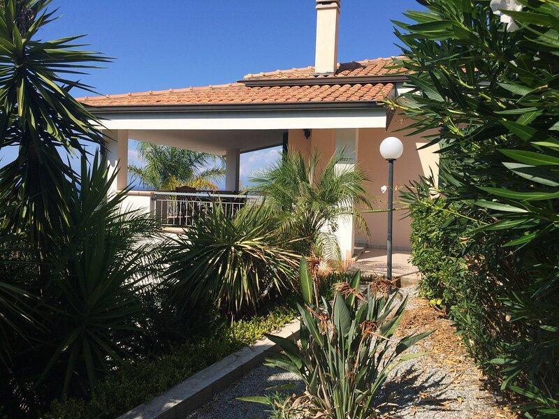 Entire private villa with sea/beach view and garden in Marina di Zambrone, casa vacanza a Zambrone