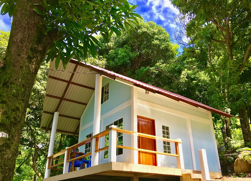 HiUP Treehouses - Private A-Frame Loft Oceanview Cabin- By Best Beach, alquiler de vacaciones en Big Corn Island