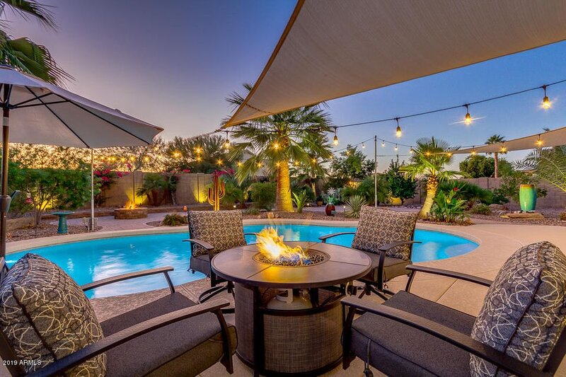 This Vacation Home Has It All! Fantasy Heated Pool Backyard! Fun For The Family!, vacation rental in San Tan Valley