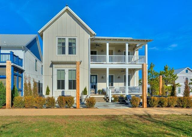 Carlton Landing- Beautiful home overlooking Redbud Park, vacation rental in Canadian