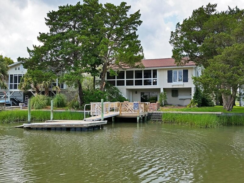 Creek Front Beach House, Dock on Tidal Canal, Screened Porch, Easy Walk to Beach, alquiler de vacaciones en Pawleys Island