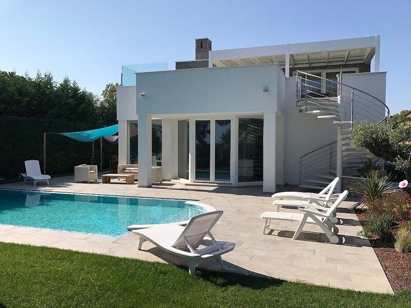 Superb Villa with Pool on Albarella Private Island, casa vacanza a Taglio di Po