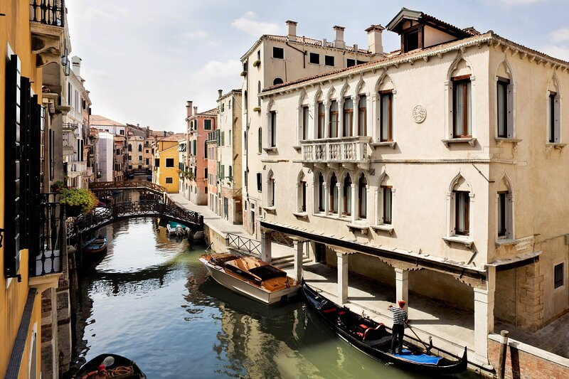 Sestiere di Cannaregio Holiday Home Sleeps 12 with Air Con and WiFi - 5879264, vacation rental in Cannaregio