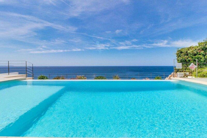 Excellent seafront villa in Cala Pi, aluguéis de temporada em Cala Pi
