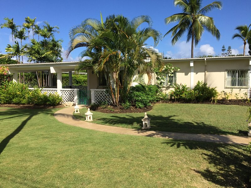 Relaxing luxury villa with own pool near beach & shops, vacation rental in Sunset Crest