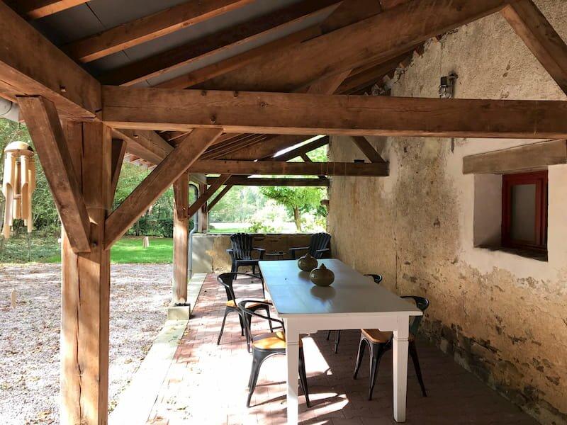 Domaine Pouzoult, gîte Orange, een gîte met een prachtige veranda, casa vacanza a Toulx-Sainte-Croix