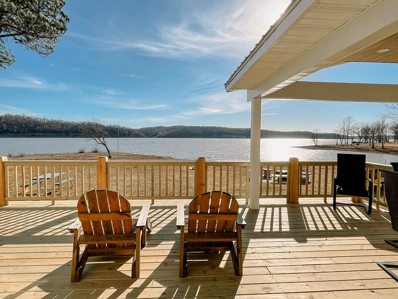 Large lakefront home, PRIVATE Boat Ramp & Dock, holiday rental in Fairland