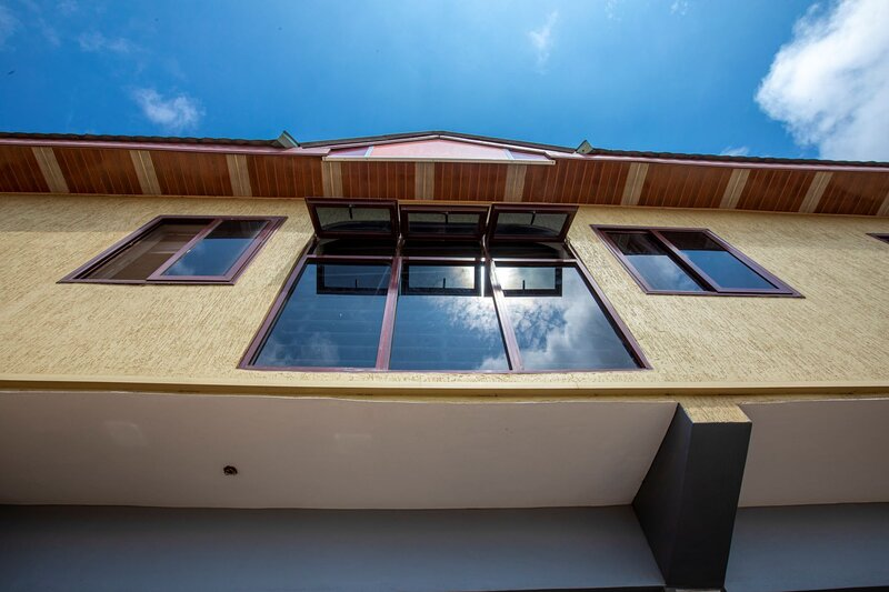 Furnished two bedroom apartment in the heart of the city with car rental options, holiday rental in Achimota