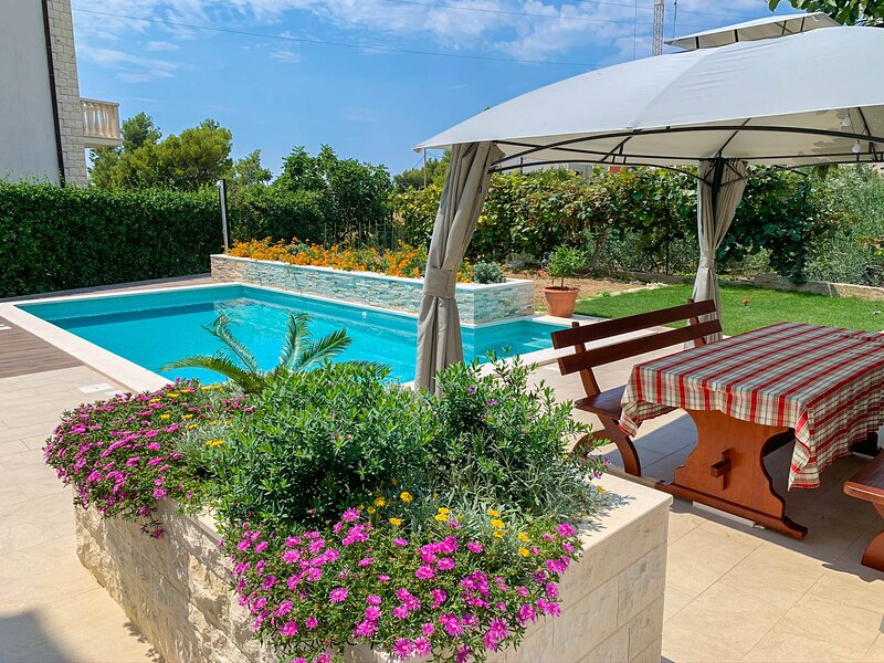 Apartment Lemon Garden with private pool, holiday rental in Podstrana
