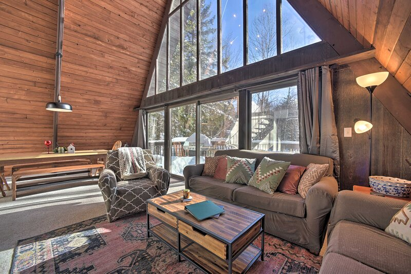 NEW! Cozy A-Frame w/ Pool Table: 8 Mi to Mt. Snow!, holiday rental in Wilmington
