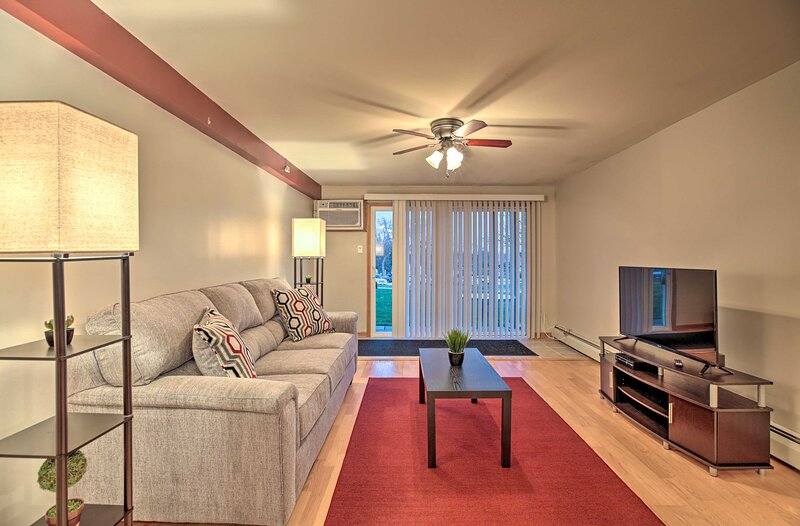 NEW! Palos Hill Condo 22 Mi to Downtown Chicago!, holiday rental in Downers Grove