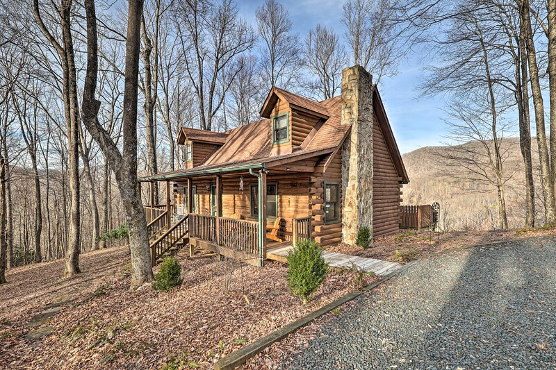 NEW! Chestnut Acres: Cabin w/ Hot Tub + Mtn Views, Ferienwohnung in Warrensville