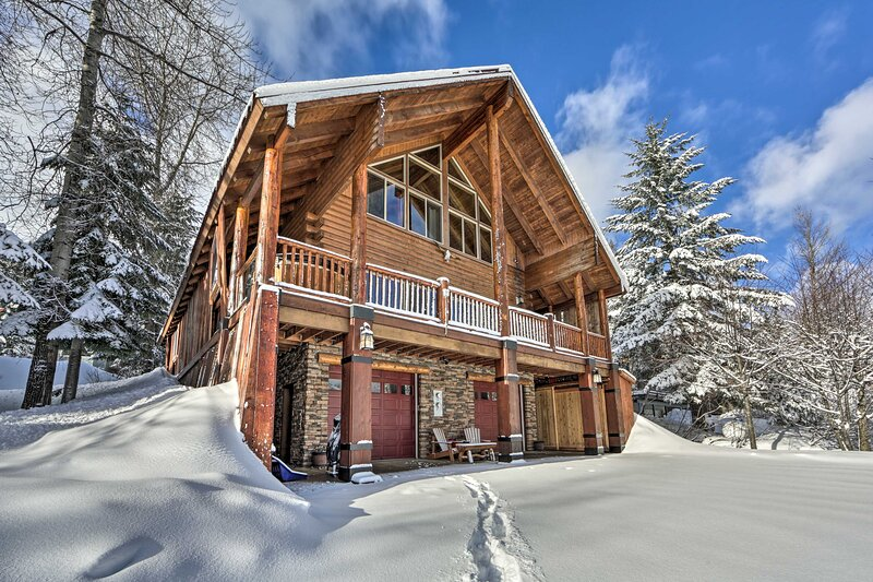 NEW! Deluxe Mtn Gem w/ View: Ski, Hike & Explore!, holiday rental in Snoqualmie Pass