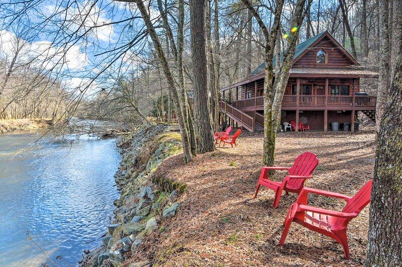 NEW! Waterfront Coosawattee River Resort Retreat!, aluguéis de temporada em Ellijay