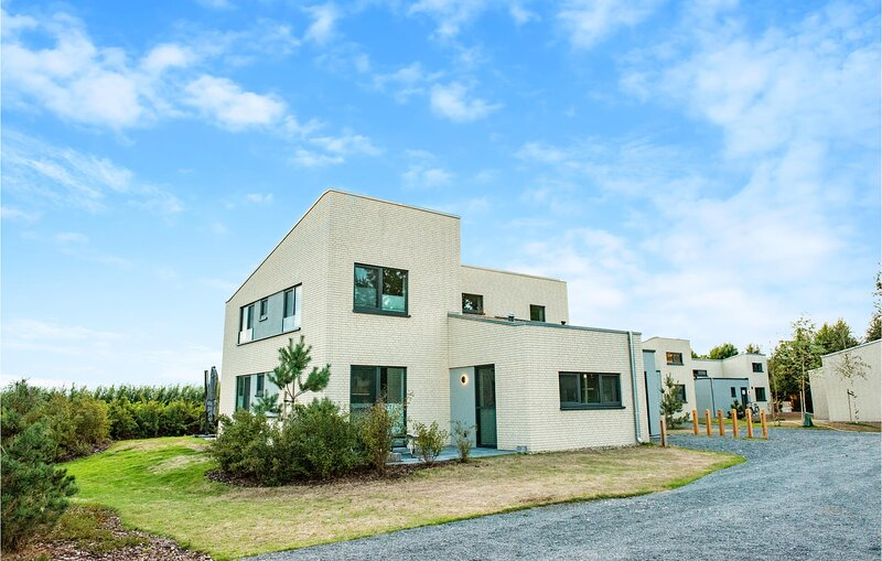 Stunning home in Lembruch/Dümmer See with Indoor swimming pool, Sauna and 5 Bed, vacation rental in Lembruch