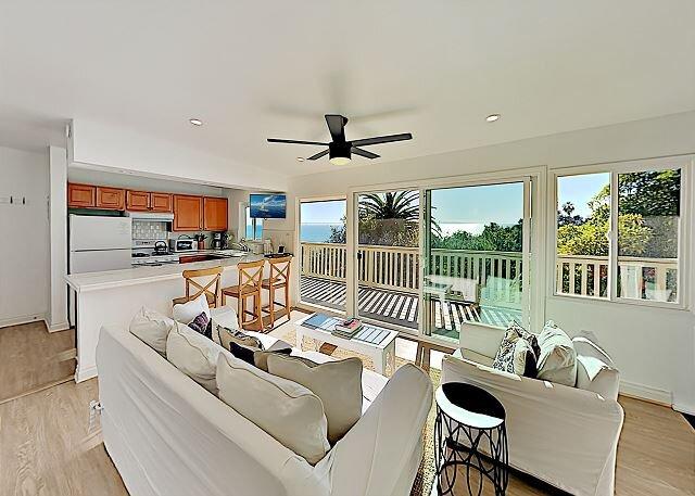 Summerland Beach Retreat, Incredible Views, 2-Story Decks, location de vacances à Summerland