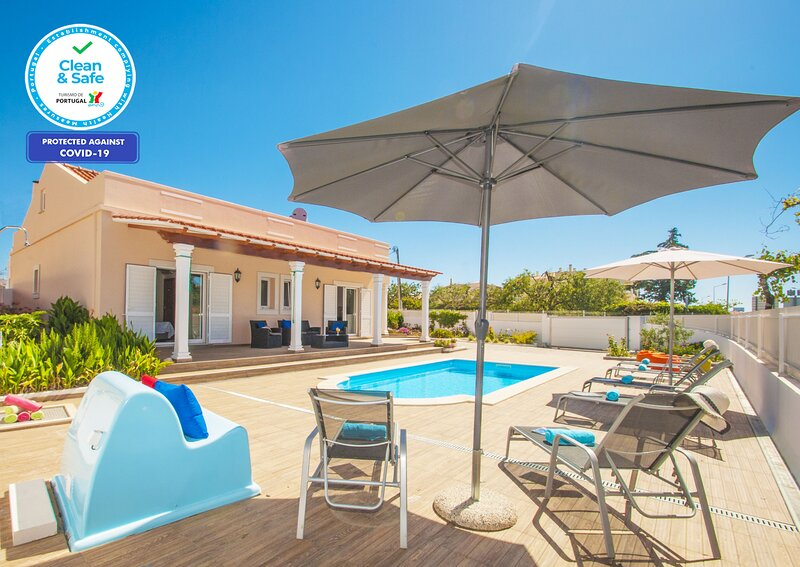 OUSTANDING VILLA WITH HEATABLE POOL , BBQ & WIFI, holiday rental in Ferreiras