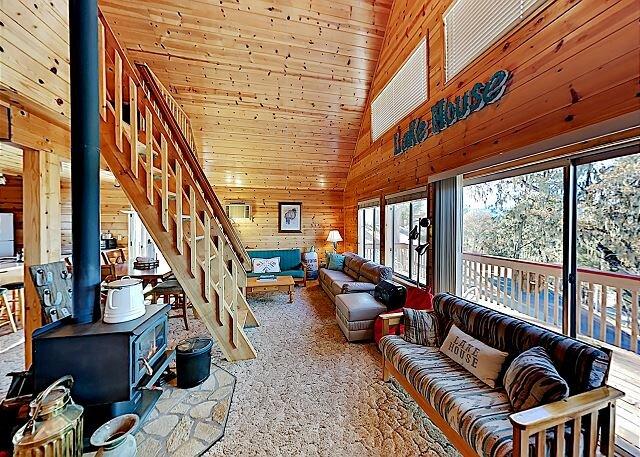 Charming Oak Shores Cabin | Lake Access, Pool, Mini-Golf & Clubhouse, location de vacances à Lake Nacimiento