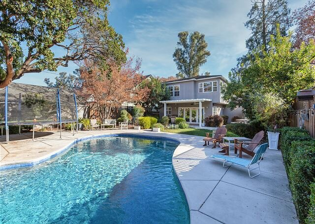 Land Park Luxury Home | Private Pool & Chef's Kitchen | Steps to William Land, holiday rental in Sacramento