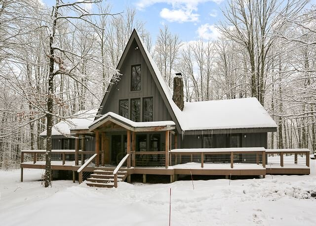 This completely renovated Canaan Valley chalet offers it all, and more!, aluguéis de temporada em Vale do Canaã