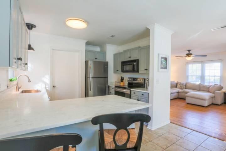 10 Minutes to Beach & Downtown!  Renovated Dog Friendly Home w/ Bunk Bedroom & F, aluguéis de temporada em Mount Pleasant