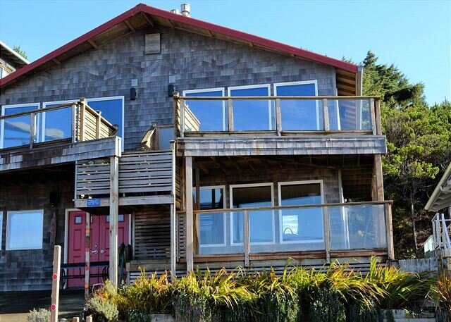 SALISH~MCA# 685AB-GF~Cozy oceanfront home with amazing oceanviews!, aluguéis de temporada em Manzanita
