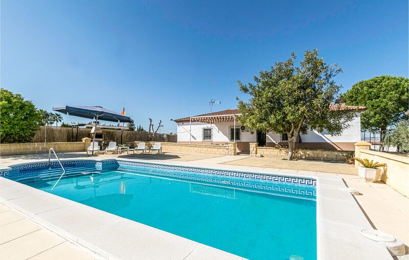 Beautiful home in La Carlota with Outdoor swimming pool, WiFi and 4 Bedrooms (EA, aluguéis de temporada em Montilla