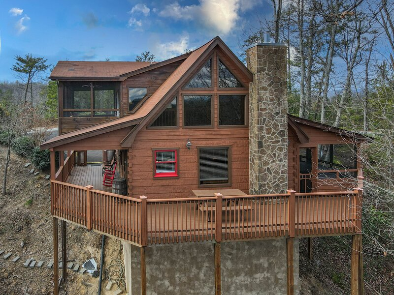 Over the Mountain - Private Cabin with Mountain Views and Hot Tub, holiday rental in Wears Valley