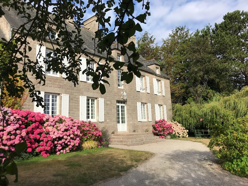 Stunning 5-Bed House in Montfarville, vacation rental in Montfarville