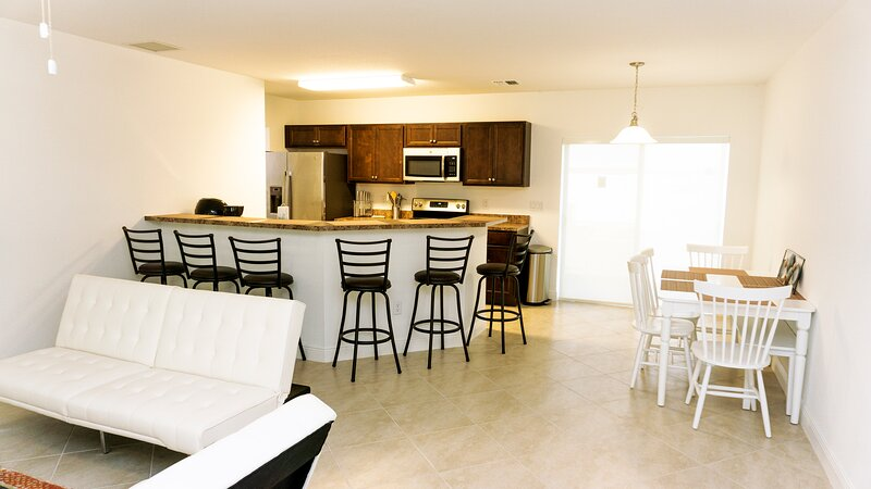 Hallandale Beach Home Sleeps 10, Only 8 Minute Drive To Beach!, holiday rental in Hallandale Beach