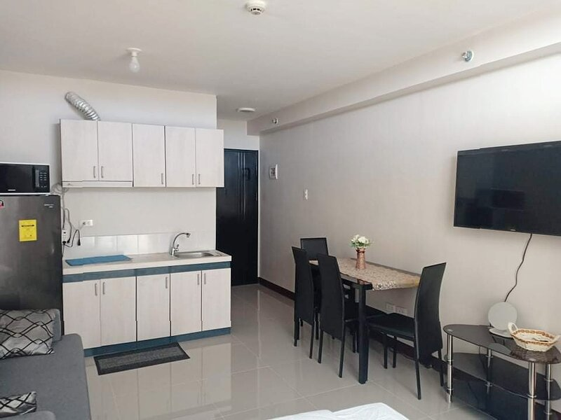 Brand New Studio type condominium with a pool balcony view, holiday rental in Liloan