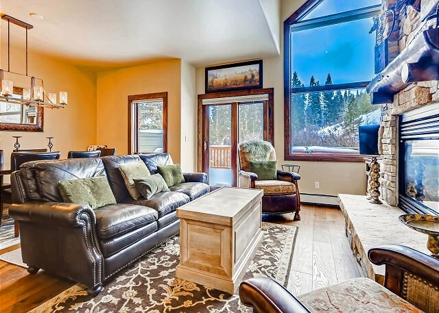 Ski in Ski Out Townhome on the 4 O'clock Ski Run with Private Hot Tub!, holiday rental in Breckenridge