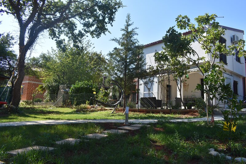 Up to 8 person holiday home 2km from the sea peacefull location, holiday rental in Pavicini
