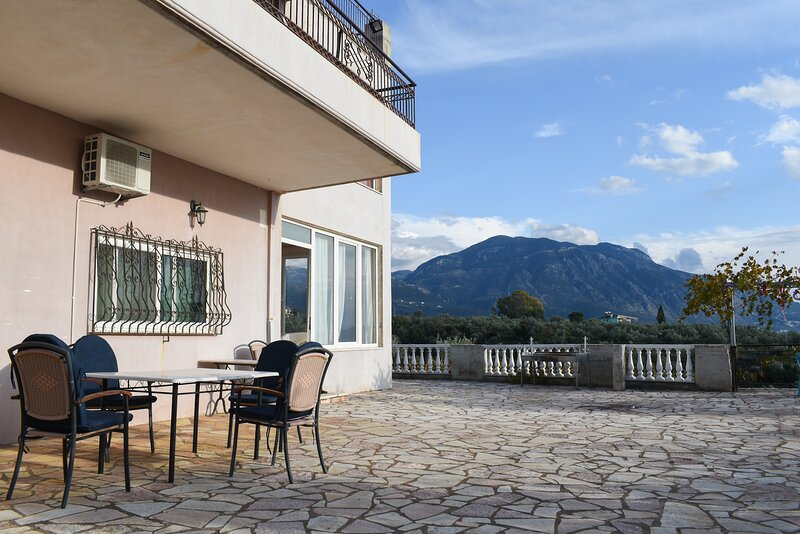Spacious villa with amazing sea & mountain view, holiday rental in Messini