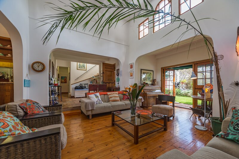 Gorgeous villa 1 minute from beach and restaurants, 5 bedrooms all en-suite, vacation rental in Camps Bay