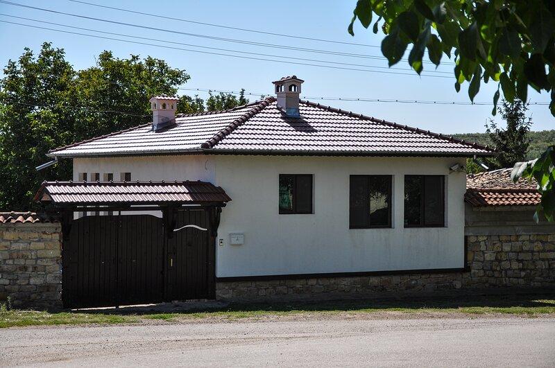 The white House In Palamartsa (Studio Flat), Ferienwohnung in Targovishte Province