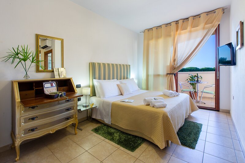 Jade room: nice comfortable room with bathroom en-suite near the airport!, vacation rental in Dolianova