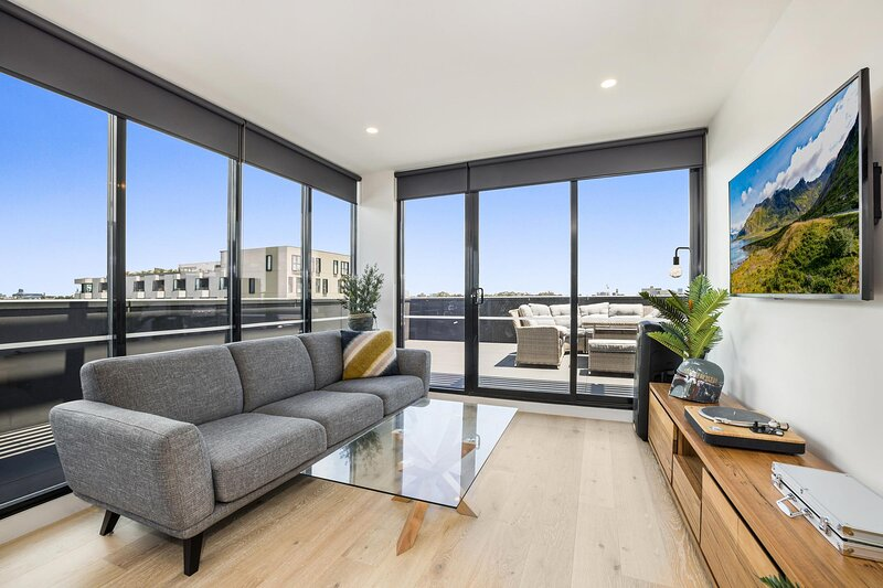 Luxe 3-Bed Apartment Near Lygon St Bars and Dining, casa vacanza a Tullamarine