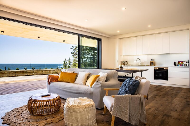 Ocean Views, Deck and Parking at 2-Bed Beach Apartment, holiday rental in North Narrabeen