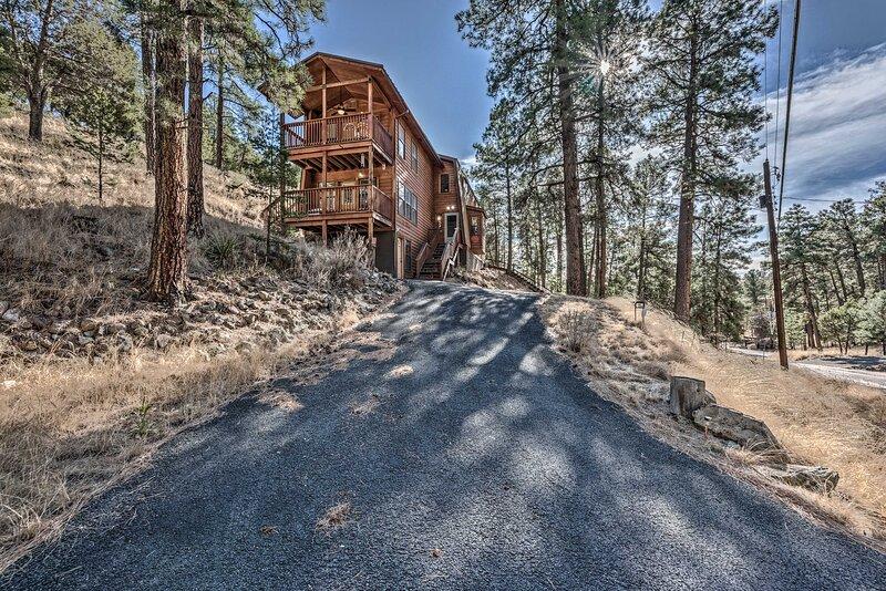 Spacious Ruidoso Cabin - Ski, Hike & Fish!, casa vacanza a Alto