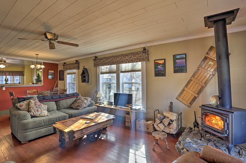 NEW! Cozy Cabin < 1 Mi to Dtwn Shops & Restaurants, vacation rental in McCloud