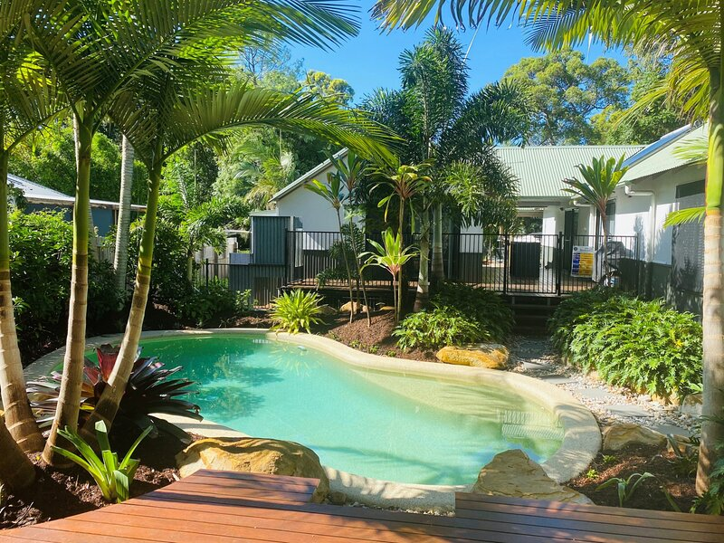 11 Satinwood Drive - Family home, swimming pool, sandstone fire pit, mini golf c, casa vacanza a Tin Can Bay