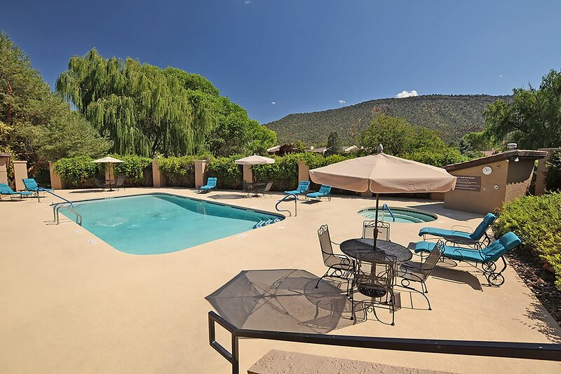 Beautiful 2 Story Townhome Located In Golf Community! Community Pool & Hot Tub -, vacation rental in Village of Oak Creek