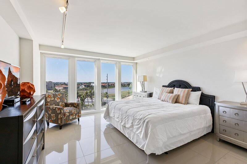 Stunning Bayview! Large condo in beachfront resort with shared pools and jacuzzi, holiday rental in South Padre Island