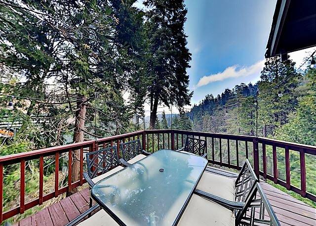 Arrowhead Villas Home | Entertaining Deck with Lake View | Near Snow Valley, alquiler de vacaciones en Skyforest