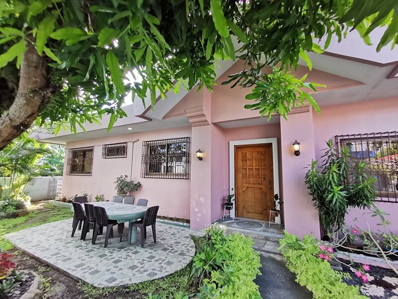 MAGAYON PINK HOUSE IN THE HEART OF LEGAZPI, vacation rental in Bicol Region