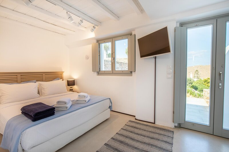 The Summit of Mykonos - Standard Room with outdoor private jacuzzi, holiday rental in Kalo Livadi