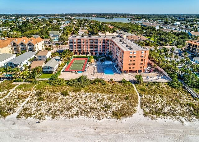 Reef Club 209 - NEW listing! Beach front, Tennis, Heated Pool and Spa!, vacation rental in Indian Rocks Beach