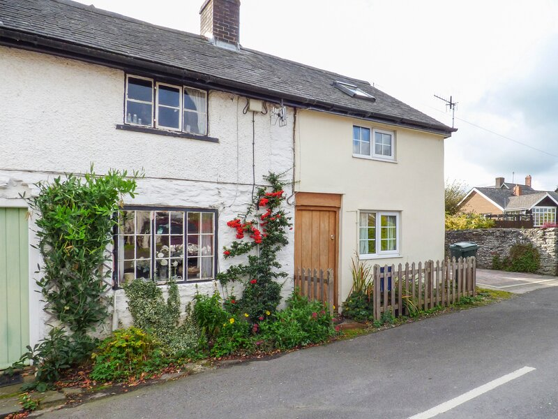MARIGOLD COTTAGE, woodburner, WiFi, pets welcome, romantic cottage in Clun, holiday rental in Dulas
