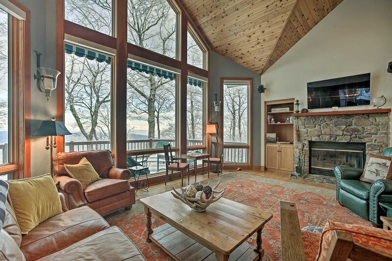 Wintergreen Family Ski Retreat w/ Fireplace & View, location de vacances à Middlebrook